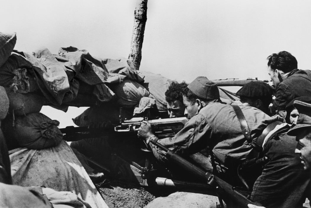 SPAIN. The Spanish Civil War.  1936. Members of the Republican army using a Vikers machine gun fabricated in England. Soldats de l'armee republicaine armes d'une mitrailleuse lourde Vikers de fabrication anglaise