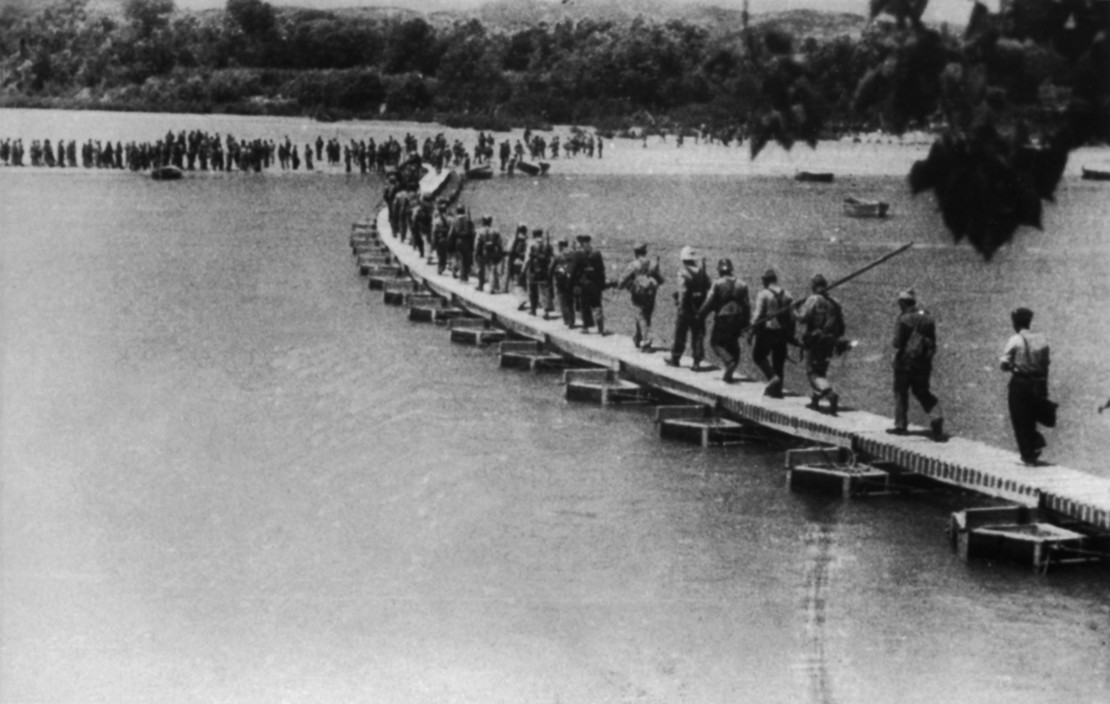 SPAIN. The Spanish Civil War.  Battle of the Ebro river (25 July - 3 August 1938). Republican Army crossing the Ebro. Bataille de l'Ebre (25 juillet - 3 août 1938). Le passage de l'Ebre par l'armee republicaine.