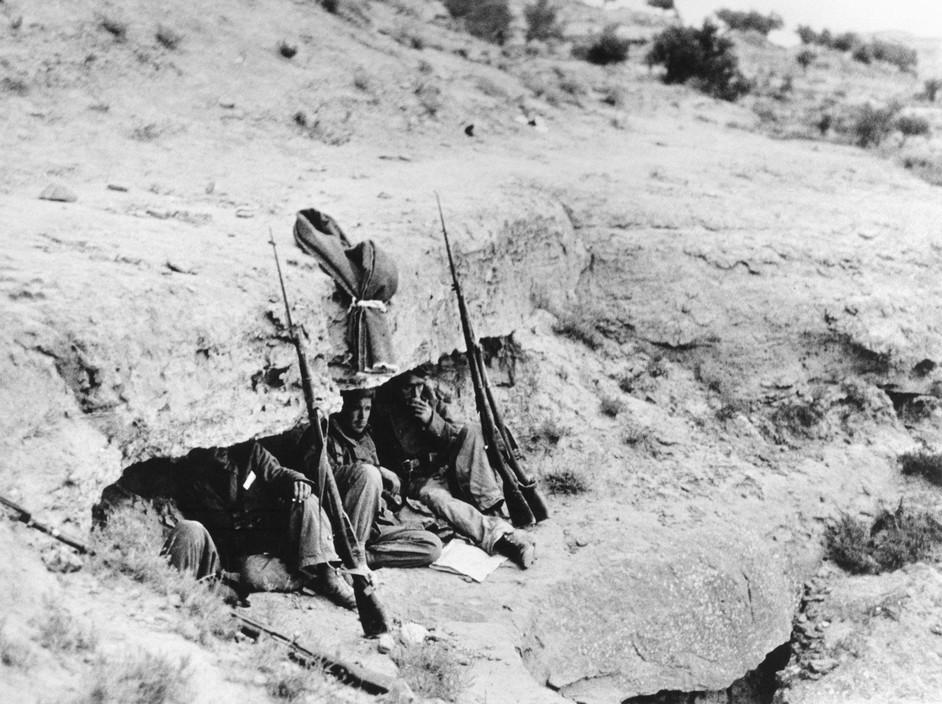 SPAIN. Spanish Civil War (1936-9)  ICP 259 Near Fraga. The Aragon front. 7th November, 1938. Loyalist troops during their offensive along the Rio Segre.