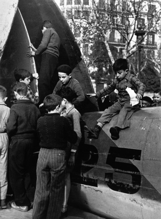 ICP 282 Barcelona. January, 1939. Running for shelter during an air raid. The city was being heavily bombed by fascist planes, as General Franco's troops rapidly approached. The Spanish Civil War broke out in 1936, when part of the Spanish army rebelled against the Second Republic, a democratic government elected in 1931. It gained international dimensions when Fascist Germany and Italy began supporting the military uprising, led by General Franco, with weapons and soldiers. The USSR helped the Republic, and a significant contingent of volunteers joined the International Brigades and fought for the Republic. The conflict became the symbol of a larger conflict between Fascists and Communists. The war ended in 1939 with Franco's victory over the Republicans.