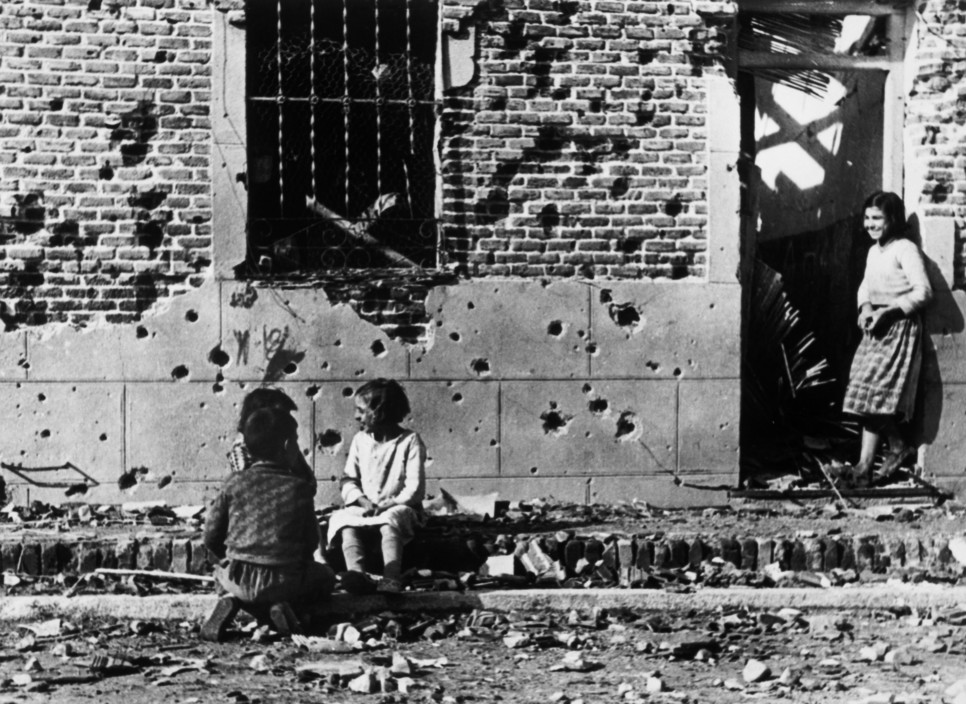 SPAIN. Spanish Civil War (1936-9)   ICP 206. Madrid. November/December, 1936. After the Italo-German air raids. The Nationalist offensive on Madrid, which lasted from Nov. 1936 to Feb. 1937, was one of the fiercest of the Civil War. During this period Italy and Germany started helping the Nationalist forces, and the USSR the Popular Front government. The civilians were severely affected by the bombings. Hiver 1936-37. Apres les bombardements de l'aviation fasciste italo-allemande.