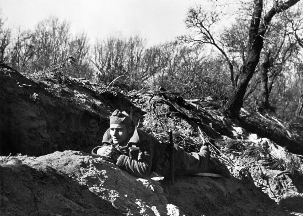 ICP 217. Madrid. November/December, 1936. Republican soldier. Madrid. Novembre-décembre 1936. Combat dans le parc de la Casa de Campo.